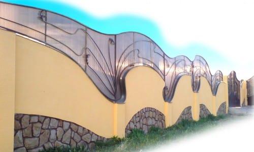 Забор из камня и стекла