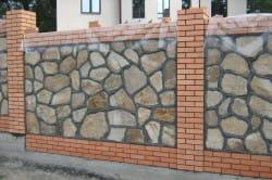 Забор из камня и кирпича